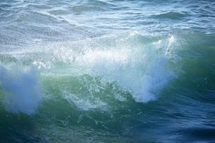 千畳敷から望む大きな波の写真素材 [FYI02658745]