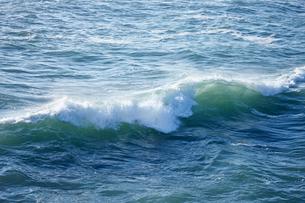 千畳敷から望む大きな波の写真素材 [FYI02658774]