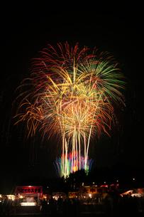 土浦全国花火競技大会のスターマイン夜空に捧げる錦の花束の写真素材 [FYI02658802]