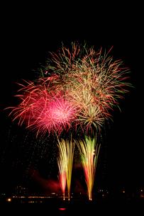 鹿沼さつき祭り協賛花火大会のワイドスターマインの写真素材 [FYI02658808]