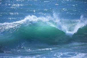 千畳敷から望む大きな波の写真素材 [FYI02658817]