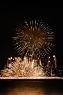 諏訪湖祭湖上花火大会 Kiss of Fireの写真素材 [FYI02658852]
