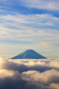 櫛形山からの富士山の写真素材 [FYI02658856]