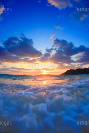 渚に打ち寄せる波と朝日,魚眼の写真素材 [FYI02658869]