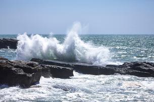 千畳敷から望む大きな波の写真素材 [FYI02658905]