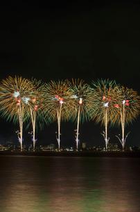 諏訪湖祭 ダイナミックスターマイン 光への情熱の写真素材 [FYI02659041]