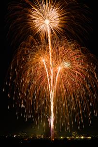 とりで利根川花火大会のスターマインの写真素材 [FYI02659067]