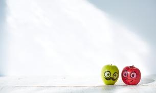 並ぶ2つのりんごの写真素材 [FYI02659072]