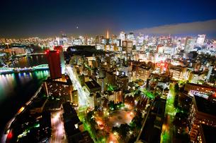 明石町から望む西南西方向のビル群と東京タワーと隅田川と三日月の写真素材 [FYI02659081]