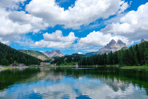 ミズリーナ湖とドライチンネンの写真素材 [FYI02659154]