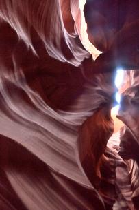 赤味を帯びた沢山の縞模様の地層があるアンテロープ・キャニオンの写真素材 [FYI02659189]