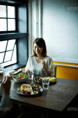 カレーを食べるカップルの写真素材 [FYI02659221]