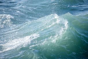 千畳敷から望む大きな波の写真素材 [FYI02659275]