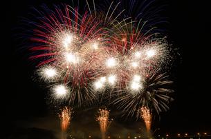 復興支援イベントの大晦日から元旦カウントダウン花火の写真素材 [FYI02659296]