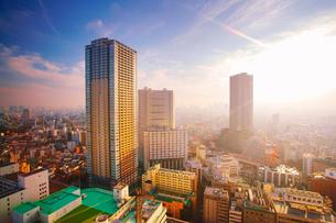 タワー型マンションと新宿方向のビル群と夕日の写真素材 [FYI02659389]