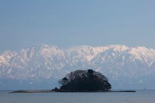 唐島と立山連峰の写真素材 [FYI02659432]