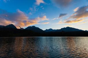シトゥルバ湖の朝焼けの写真素材 [FYI02659496]