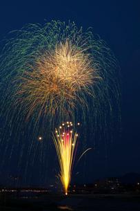 鹿沼さつき祭り協賛花火大会のスターマインの写真素材 [FYI02659537]