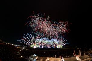 常総きぬ川花火大会音楽と花火のコラボレーション「マエストロ」の写真素材 [FYI02659576]