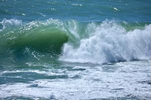 千畳敷から望む大きな波の写真素材 [FYI02659611]