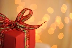 赤いギフトボックスとクリスマスライトの写真素材 [FYI02659878]