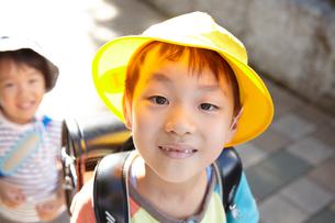 登校する子供の写真素材 [FYI02659884]