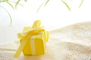 黄色のギフトボックスの写真素材 [FYI02659934]