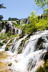 地球の息吹を感じる九寨溝の瀑布の写真素材 [FYI02659953]