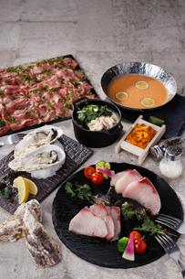 蒸し牡蠣,ブリ,白子のアヒージョと雲丹しゃぶの集合イメージの写真素材 [FYI02659977]