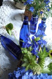 青い花夏のフラワーアレンジメントの写真素材 [FYI02660005]