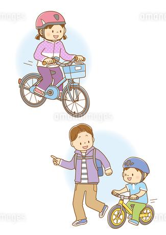自転車に乗る女の子、ランニングバイクに乗る男の子と走るお父さんのイラスト素材 [FYI02660006]