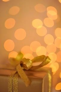 金色のギフトボックスとクリスマスライトの写真素材 [FYI02660011]