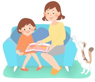 ソファに座って本を読む母親と女の子のイラスト素材 [FYI02660087]