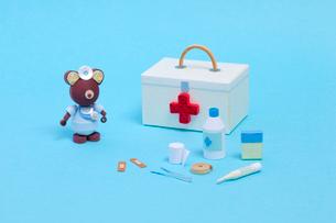 ペーパークイリングで作った救急箱と医療器具の写真素材 [FYI02660088]