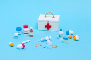 ペーパークイリングで作った救急箱と医療器具の写真素材 [FYI02660092]