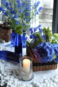 青い花夏のフラワーアレンジメントの写真素材 [FYI02660141]