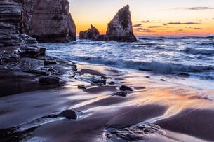 明け方の大波月・小波月海岸の夜明けの写真素材 [FYI02660235]