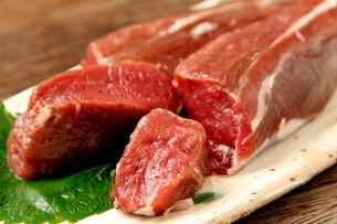 エゾ鹿ヒレ肉かたまりの写真素材 [FYI02660325]