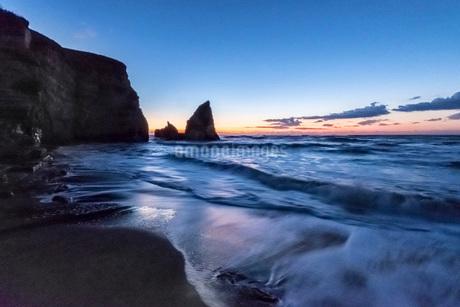 明け方の大波月・小波月海岸の夜明けの写真素材 [FYI02660374]