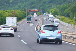 高速道路を走る車の写真素材 [FYI02660553]