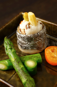太刀魚のいこみ焼きグリーンアスパラ西京焼きのアップの写真素材 [FYI02660644]