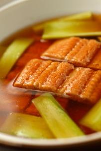 煮穴子と下仁田葱のはりはり仕立て アップの写真素材 [FYI02660670]
