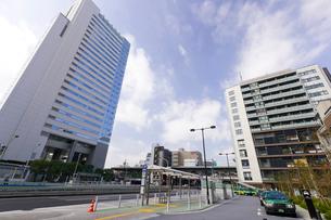 中目黒GTタワーと中目黒アリーナとタクシー乗り場の写真素材 [FYI02660677]