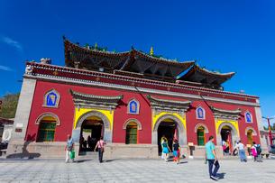 チベット仏教の聖地・タール寺の入り口・中門の写真素材 [FYI02660707]