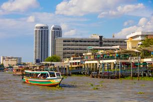 チャオプラヤー川の風景とエクスプレスボートの写真素材 [FYI02660708]