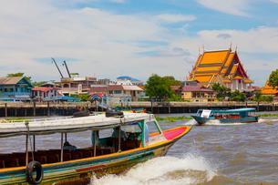 チャオプラヤー川の風景とエクスプレスボートの写真素材 [FYI02660727]