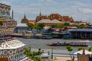 タイ王宮とチャオプラヤー川の風景の写真素材 [FYI02660738]