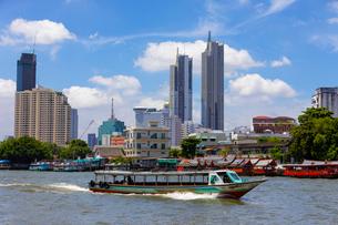 チャオプラヤー川の風景とエクスプレスボートの写真素材 [FYI02660781]