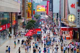 人々で賑わう春熙路の写真素材 [FYI02660813]