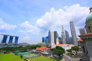 ナショナル・ギャラリー・シンガポールの屋上から見たマリーナ・ベイの風景の写真素材 [FYI02660844]